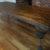 Stylowy stół z rzeźbionymi nogami